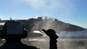طائرة أمريكية مقاتلة على متن حاملة الطائرات جورج واشنطن