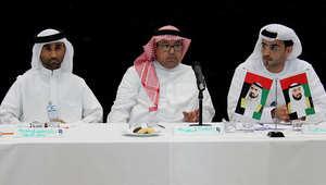 القنصل العام للمملكة العربية السعودية، حسين ركن يتوسط المتحدثين في المؤتمر الصحفي