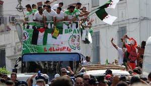 أعضاء المنتخب الجزائري يحيون الجموع التي أتت لتحيتهم في شوارع الجزائر العاصمة