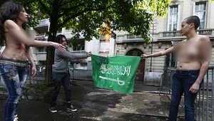 """أمينة """"فيمن"""" تتضامن مع رائف بدوي أمام سفارة السعودية بباريس"""