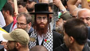 رجل دين يهودي يشارك في مظاهرة مؤيدة للفلسطينيين