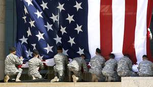 جنود أمريكيون يثبتون علم بلادهم