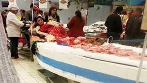 """صورة تونسية ترتدي زي """"عروس البحر"""" في مرّكب تجاري تثير جدل """"تسليع المرأة"""""""