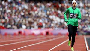 الرياضية السعودية ساره عطار خلال مشاركتها في سباق 800 متر بأولمبياد لندن 2012