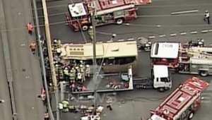 بالفيديو: إصابات باصطدام حافلة بجسر في أستراليا