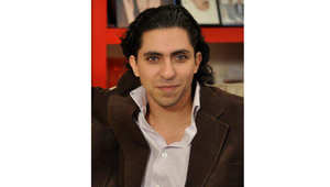 أمنستي: المدون السعودي بدوي يتلقى أول 50 جلدة من حكمه علنياً أمام مسجد في جدة