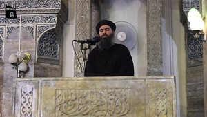 أبو بكر البغدادي على منبر المسجد خلال إلقائه خطبة الجمعة