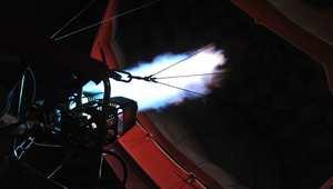تحليق المنطاد يعتمد على تسخين الهواء بداخله ليصبح أقل كثافة