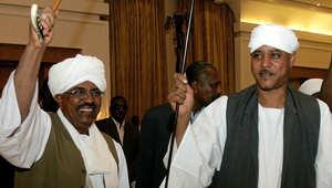 الرئيس السوداني عمر البشير يشارك رقصة مع زعيم ميليشيات الجنجويد موسى هلال أثناء زواج ابنة الأخير من الرئيس التشادي إدريس ديبي عام 2012
