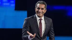 """الإعلامي الساخر باسم يوسف خلال تقديمه حلقة سابقة من برنامج """"البرنامج"""""""