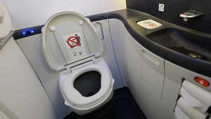 طائرة إماراتية تغيّر مسارها لعطل في المراحيض