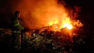 النيران تلتهم حطام الطائرة الماليزية في أوكرانيا