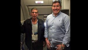 """صاحب الصورة مع مختطف الطائرة المصرية: لم يكن هناك ما أخسره.. ومغردون يعلقون: """"عمو ممكن تتصور معايا قبل ما تفجرني؟"""""""