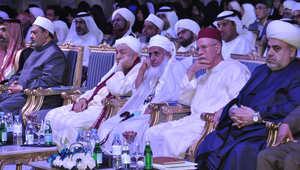 بن بيه في وسط الصورة، متوسطا الطيب ومفتي سلطنة عمان