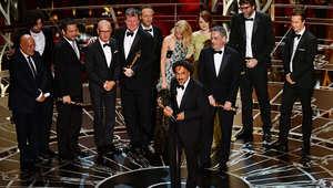 المخرج أليخاندرو إيناريتو مع فريق الفيلم بعد الإعلان عن فوز Birdman بجائزة أفضل فيلم