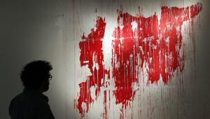 ينظر إلى خريطة سوريا مرسومة بالدماء