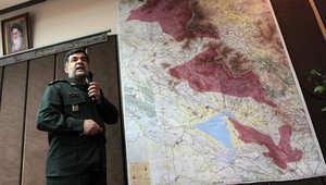 قائد الحرس الثوري الإيراني عام 2011 حامد أحمدي، يقدم عرضا عن عمليات لقواته في شمال شرق العراق بالمنطقة الكردية عبر الحدود
