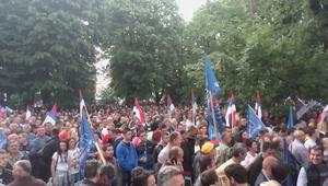 بالفيديو: آلاف المتظاهرين في احتجاجات معارضة وأخرى مؤيدة لرئيس صرب البوسنة