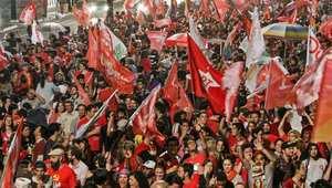 انصار رئيسة البرازيل، ديلما روسوف، يحتفلون بفوزها بولاية ثانية  في جولة الإعادة بالانتخابات