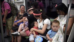 صورة لامرأة تُرضع طفلها في قطار بكين تثير عاصفة من الجدل