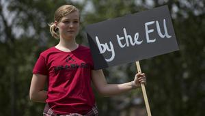 متظاهرة تحمل لافتة خلال مظاهرة احتجاج في وسط لندن ضد النتائج المؤيدة لاستفتاء خروج بريطانيا من الاتحاد الأوروبي