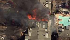 بالفيديو: اشتعال حريق ضخم في مجمع سكني بولاية جورجيا