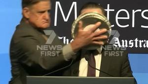 شاهد.. رئيس طيران يتلقى فطيرة على وجهه أثناء خطاب