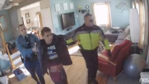 بالفيديو: أمريكي يشاهد بثاً مباشر لمحاولة سرقة منزله.. ويطارد اللصوص مع الشرطة
