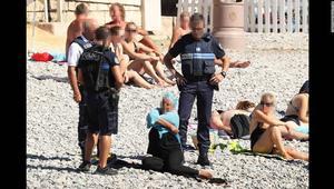 """بلدية نيس تدافع عن رجال الأمن وتعلن مقاضاتها لناشري صور """"خلع الملابس"""""""