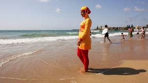 """مدينة كان الفرنسية تمنع ارتداء البوركيني في الشواطئ لـ""""دواعٍ أمنية"""""""