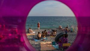 تلاسن بين مصطافين عراة وآخرين بملابسهم في شاطئ بفرنسا يتطور إلى تشابك بالأيادي