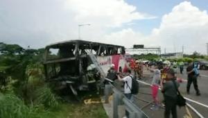 شاهد.. مصرع 26 سائحاً في حادث حافلة بتايوان