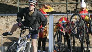 الرئيس الأمريكي الأسبق جورج بوش يقود دراجة هوائية