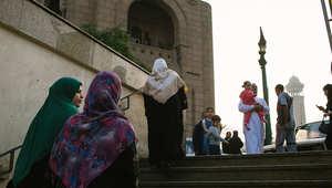 صورة لأحد شوارع القاهرة يبدو فيها المارة وهم يتوجهون للمسجد