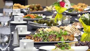 شاهد.. رئيس وزراء كندا على مائدة إفطار: رمضان يذكرنا بنعم لا تحصى