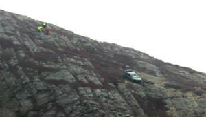 بالفيديو: إنقاذ شابة سقطت سيارتها من جبل في كندا
