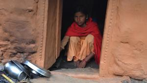 """لا تزال شائعة رغم حظرها.. ما هي """"أكواخ الحيض"""" في نيبال؟"""