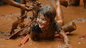 طفل يلهو بالطين