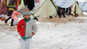 طفل يعيش في أجواء باردة داخل أحد مخيمات اللجوء السوري