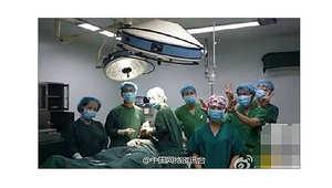 معاقبة فريق طبي لالتقاطهم صور سيلفي خلال إجرائهم لعملية جراحية
