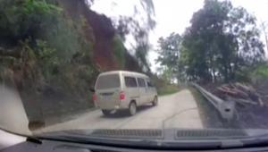 شاهد.. سيارة توقفت قبل ثوان من إنهيار صخورهائل
