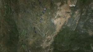 بالفيديو: أطفال على منحدرات الجبال لطلب العلم.. في الصين