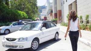 أشهر سائقة تاكسي في الجزائر تتعرّض لاعتداء.. وحملات تضامنية واسعة معها