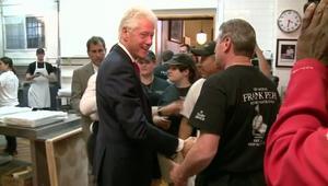 شاهد.. بيل كلينتون يفاجىء زبائن مطعم بيتزا
