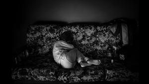 مرض يدفعه للعيش في الظلام.. هذه قصة الطفل أليكس