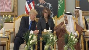 بالفيديو.. الملك سلمان يبين لترامب تقاليد شرب القهوة العربية