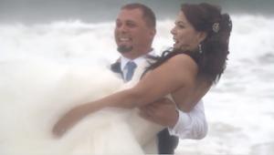 شاهد أين احتفل هذان العروسان بزفافهما