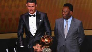 كريستيانو رونالدو يفوز بالكرة الذهبية
