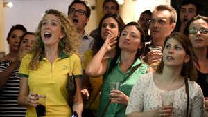 مشجعات في أحد البارات بمدينة باريس خلال متابعة المباريات