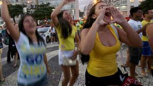 مشجعات أمام شاشة عملاقة في ريو دي جانيرو